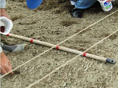 ロープの一列が終わったら、目印に沿って、ロープを動かします