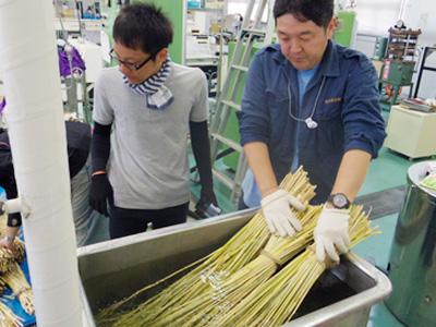 結局、穂先は手で押さえて煮沸器に入れ込み、茎側はそのまま煮沸器に突っ込み煮沸することに