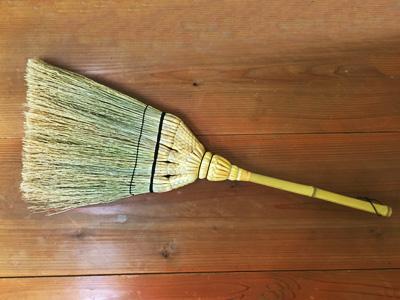 白木屋伝兵衛様が抱えている職人 「鈴木 徹」氏が編み上げた江戸箒。ほうき草は浜松産。